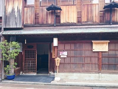 金沢の人気の観光地の東茶屋街にある志摩